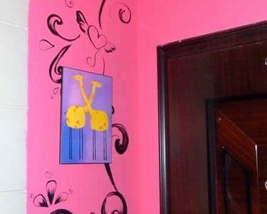 我把刷书房剩的乳胶漆刷在门口了 一滴都没有剩 是一个设计师朋友手绘的后现代的花纹,还有带翅膀的心哪! 在门口的小鹿是2年前老家的画 不舍得丢 就挂在门口了 因为我姓鹿 正好也表示这是鹿屋