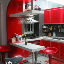 偶漂亮的开放式厨房,偶这人讨厌做饭,老大为了让偶劳动,就在厨房里用了偶最喜欢的红色,恩!感觉还不错,不用担心夏天热,因为在它旁边偶装了空调,炒菜时把它关了就行了. 再看看偶漂亮的吧台兼餐桌,偶