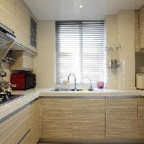 厨房间本来没有这么大,因为客厅比较大,所以客厅缩了3个平方进来,厨房一下感觉好多了