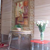 进门的玄关,那幅画是瓷砖的,整套的,旁边配的砂岩
