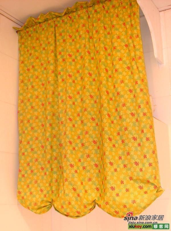 搭板上面的吊柜,用帘子遮起来,里面放了很多很多东西,太实用了。。。!