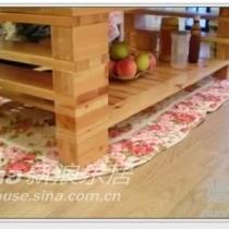茶几下的棉地毯,和餐厅的椅垫是一套的