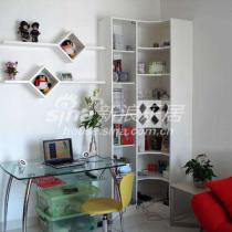 办公桌、书架、书柜带酒架,连贯而紧凑
