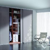 适合空间特点:不规则房型、开间。方案分析:拐角形的衣柜,衣柜能够承担隔断墙的作用,如果房间整体采光好,那么你可以充分利用空间把衣柜设计成顶天立地的款式。如果只有一面采光,那么最好在衣柜上面留出空间,这样自然光可以进入。外观提示:衣柜门的颜色建议与墙面、床架或者床品统一。推荐产品:联邦高登哔叽灰SG801衣柜,四季花开,花边细腻。