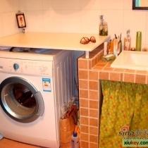 洗衣机上面的操作台是可以抬起来的搭板,在上面熨衣服很方便,这也是从社区学来的。。。再次感谢