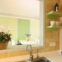 橱柜洗涤区,可以看到装了个水管家,细龙头里的水可以直接饮用,投入成本不高,却使生活很方便