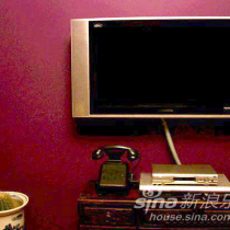 沙发对面的电视,本想墙上就挂一个电视,可是小区实行数字电视试点,必须接一个机顶盒,无奈买了一个老旧的小桌子,大小正合适