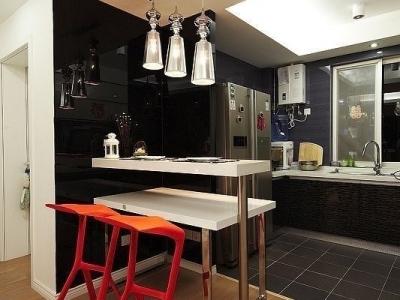 这厨房真的大的有点浪费,隔出一部分做吧台,偶尔也能情调一把,红色鲨鱼吧台凳+银色卫士吧台灯+白色烤漆餐桌