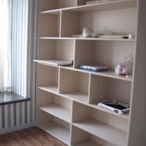 书柜,忽略那些乱七八糟的东西,刚装修完,没有清理.....