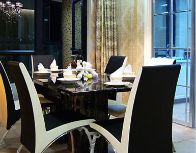 餐厅就在显目的位置,一样的时尚绚丽,低调奢华的感觉体现了餐厅的隆重感