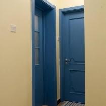 奶油黄色的墙面,配蓝色的门,是我最得意的搭配,门的质量也非常好,喜欢