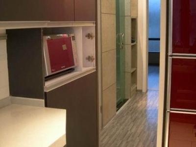 厨房另外有一扇小门,通向卧室,酱紫晚上口渴可以直接过来伸手 拿水