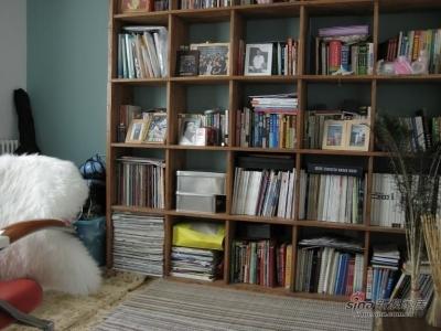 算是书房吧,嗯,那个书柜,是我第一个木工作品。。。