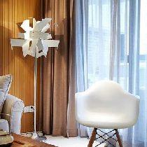 个性化的落地灯可谓是客厅的整体效果的亮点~