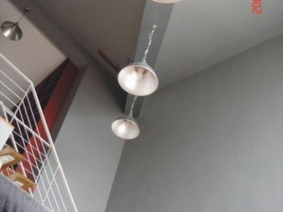 客厅斜梁的三盏工业灯