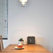 这个餐桌很实用,方正厚实,质地也很好,朋友多的时候可拉长一米左右~