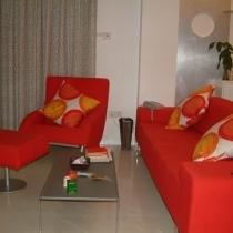沙发靠垫是自己去布匹市场挑的布找裁缝做的,又便宜、料子又好、效果也不错。