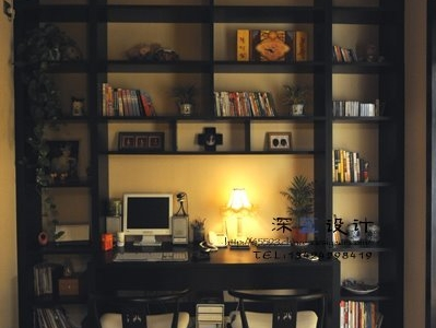 没开灯,正面再看书桌