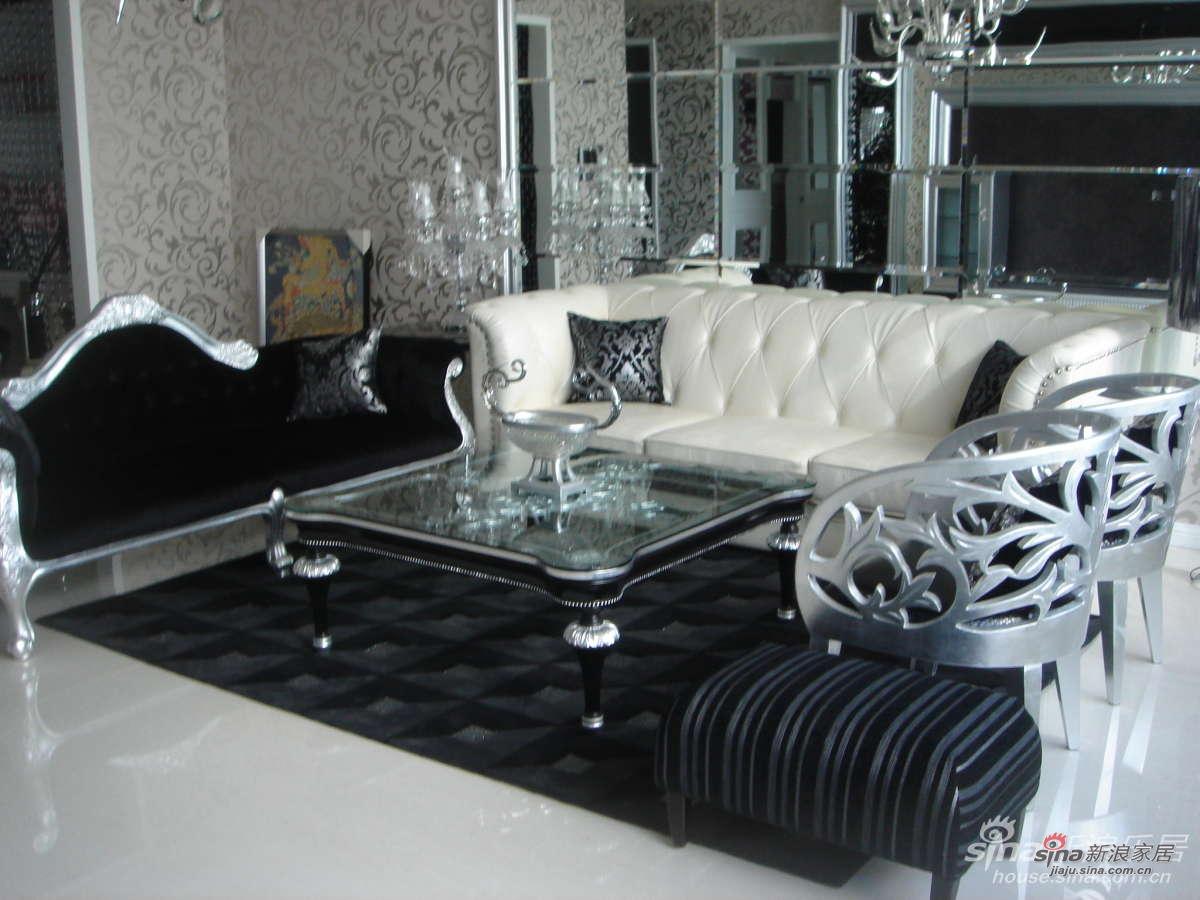 各种风格的家具混搭,马毛沙发、真皮圈椅、真皮的白沙发,超级舒服