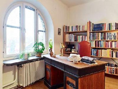 书房的桌椅最能突出简欧风格,复古风格的色调和样式,是很多人的最爱。