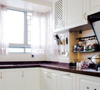 厨房采用了田园风格的橱柜,白色的橱柜非常漂亮。