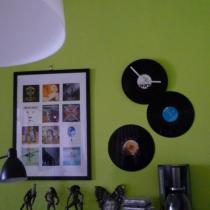 一直想把CD贴墙上来着,前两天在淘宝看到有卖黑胶的 还特便宜 马上买了,效果不错 喜欢,最上面那个是店主DIY的钟~~有创意