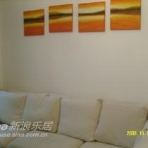 再来一张沙发的图片,沙发上是我自己挂得歪歪扭扭的画....