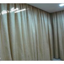 跟老婆一起精挑细选的窗帘布,很厚重质感强烈,花色带欧式风格