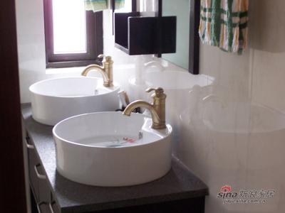 卫生间的黑橡木浴柜,毛大理石。加荷花盆和铜水龙头。大卫生间,占用了原来主卫的很大地方