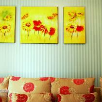 沙发背后的油画