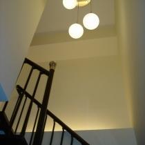 楼梯间的灯光,墙上的画还没有合适的。