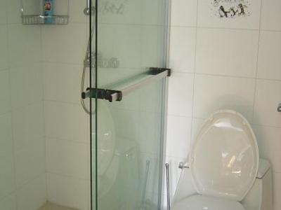 次卫淋浴房和马桶