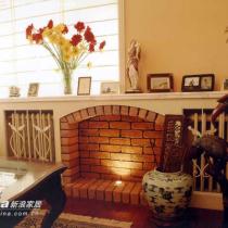 结合暖气罩而进行的壁炉设计,配上众多的装饰品,给空间创造了独特的视
