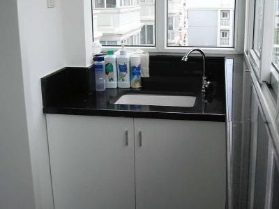 封闭式北阳台,另一头放洗衣机(与厨房相连)
