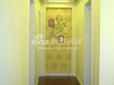 先来一张走廊的,用的是墙纸和铁艺(上面可以放烛杯和结婚照)