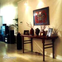 玄关处的中式家具和装饰品在现代灯光下,显得格外脱俗而魅力无穷