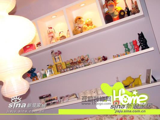 客厅沙发上的架子。有很多的玩具哦,有从香港,日本带回来的