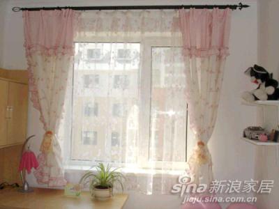 接着发女儿房,女儿喜欢粉色的房间,可是粉色墙壁会让人狂躁的,所以我折中一下,让饰品是粉色的,女儿很喜欢,还买了一套淑女屋的床品,很贵,可是,真的,真的很漂亮。不过女儿的床还没有搬过来公主梦之窗帘
