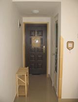 玄关顶部专门做了一个储藏空间,用时只需将隔板上托,就可四周随手取物,对于一些不太常用的物件就可以放置于此,即省了地方,也显得空间干净整洁。