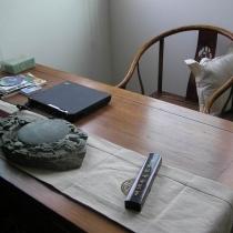 书桌和明式椅子是在古家俱城掏的,应该是仿的,不过作工挺精制,LD喜欢,洮砚是爸爸给的,搬过来忙的还没用一次。
