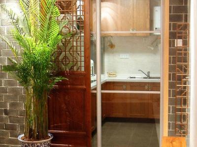 厨房的门是特别定制的木雕工艺品