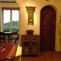 过厅。饭厅(左)。厨房(右)