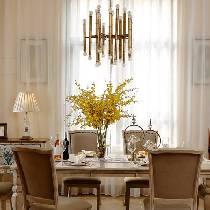 餐厅通过餐具与花艺饰品来丰富空间的色彩和层次,一盏仿古铜灯将浪漫的就餐氛围调情到极致。