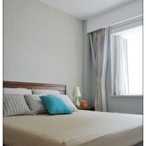 主卧室床头背景用的是美国壁纸 很环保 绿色中有些黄