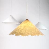 品物流形PINWU纸质灯(落),基于余杭传统的纸伞制造工艺,同样沿用千年的捞纸方式,用现代材质取代竹帘,进而将纸从二维世界解放出来,自然落成的肌理,仿佛雪花洒落在光晕之上,质朴而富有诗意。购买链接:http://www.nuandao.com/product/24660