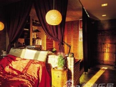 床头与储物柜:一个人住就没必要做那么多隔断了吧,卧床和地台之间的纱帘就足以区分空间了;