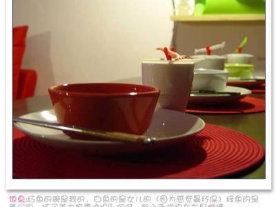 饭桌:红色的碗是我的,白色的是女儿的(因为感觉最环保)绿色的是老公的,杯子盖大家喜欢吗?呵呵,那小手样的东东是搅棒……