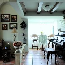 英式田园客厅。大钢琴弹奏起悠扬的乐曲,不禁让人想起电影中男女主人公在乡村舞中交错的身影。