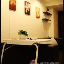 白色而简单的桌子,白色的小花盆配合的刚刚好