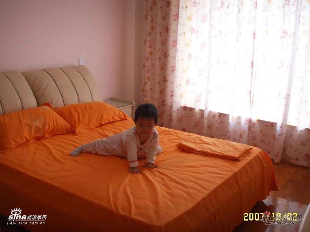 主卧,床头那面墙刷了点粉红色,是女儿房间里多下来的涂料